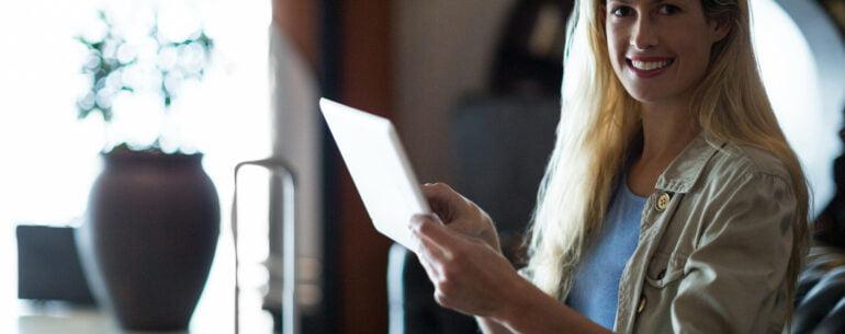 mujer con una tableta observando cómo planear un viaje usando apps