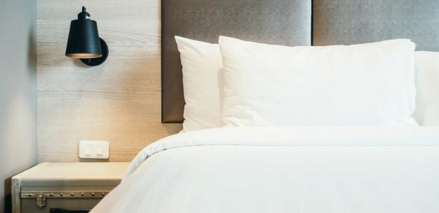 Imagen de cama en habitacion que ilustra como obtener el mejor precio de hotel