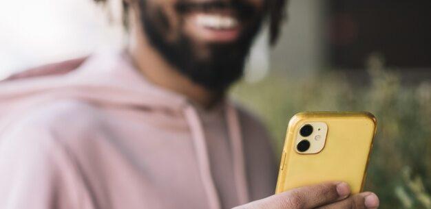 hombre mirando al telefono que ilustra las mejores apps de viaje para iphone