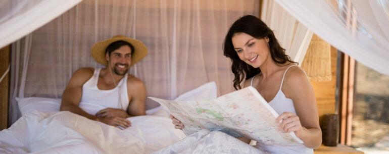 Mujer con un mapa ilustrando la mejor app para planificar viajes
