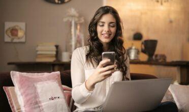 Mujer utilizando la mejor app para reservar un hotel en su smartphone