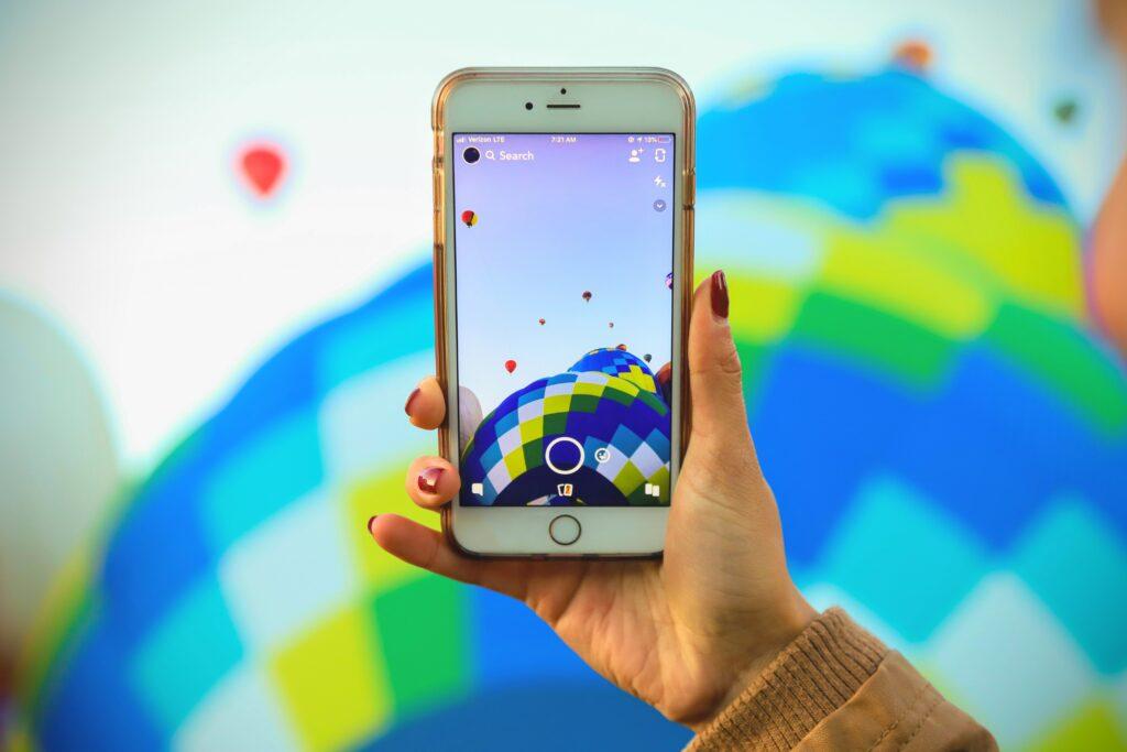 mejores aplicaciones de viaje para iPhone tomando una fotografía a un globo aerostático