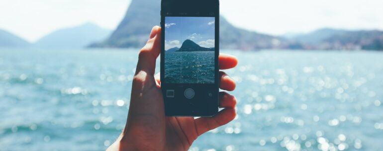 mejores aplicaciones de viaje para iPhone que está fotografiando una isla en medio del mar