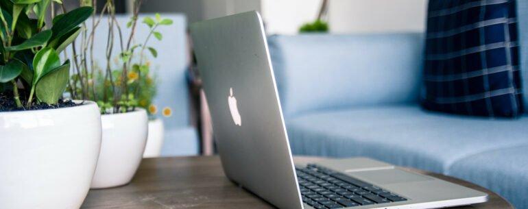 computadora portátil en un mesa ejemplificando las mejores páginas para buscar el mejor precio de hotel