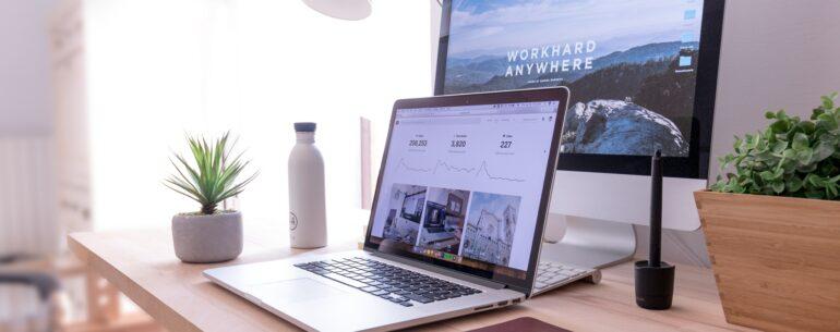 Dos computadoras ilustrando cuáles son los mejores sitios para buscar los mejores precios de hotel