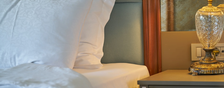cama de hotel que ilustra como obtener la mejor tarifa de hospedaje
