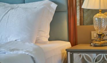 Imagen de la cama de una habitación de hotel que ilustra la idea de como obtener las mejores tarifa de alojamiento