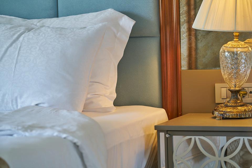 Imagen de la cama de una habitación de hotel que ilustra la idea de cómo encontrar el mejor precio de hotel en 7 sencillos pasos