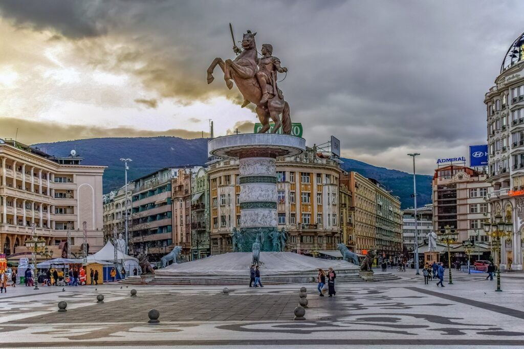Caminar las calles de Skopje es de las mejores cosas para hacer en Macedonia del Norte