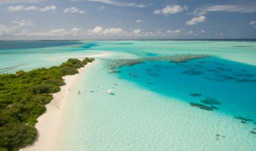 Playa celeste que ilustra las mejores playas del Caribe