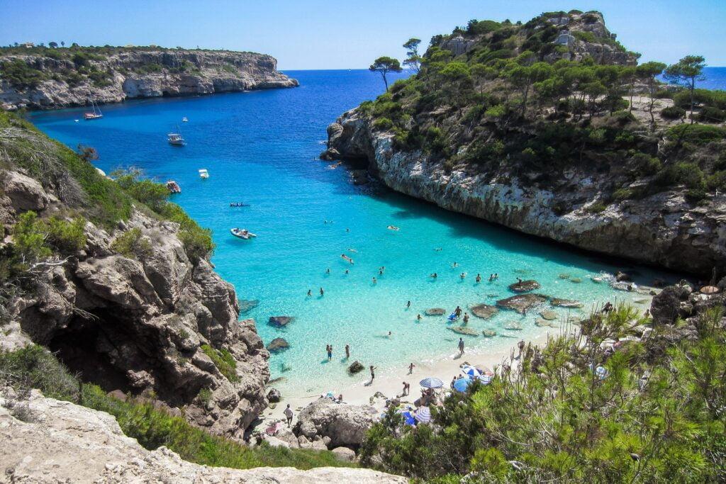Imagen de playa en Mallorca que ilustra uno de los mejores destinos de playa en Europa