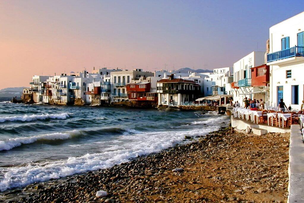 Imagen de playa en Mykonos que ilustra uno de los mejores destinos de playa en Europa