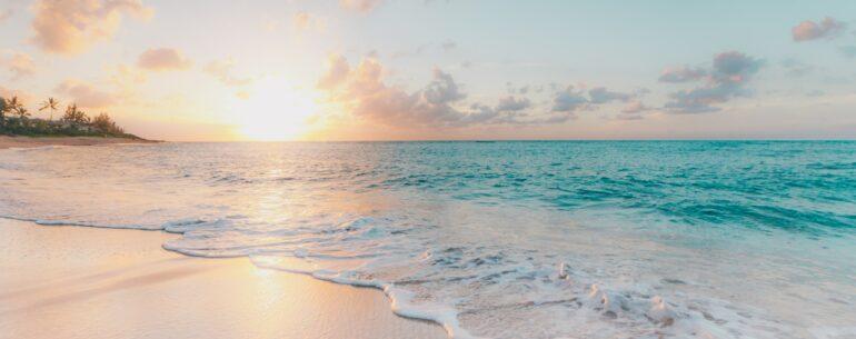 Playa en Hawaii que ilustra los destinos para la luna de miel